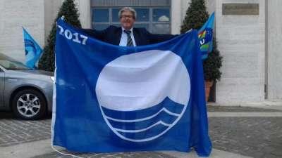 Stefano Fiori mostra la Bandiera Blu 2017
