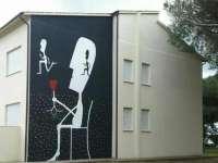 Il murales di Qwerty sulla facciata delle medie Galilei